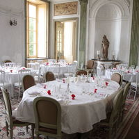 Dîner dans la grande salle à manger du château