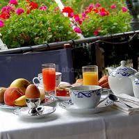 Petit déjeuner sur la terrasse face au lac et ses jardins
