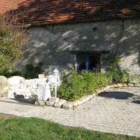 Ferme de la haute maison  - l'entrée de la salle et l'une de ses terrasses