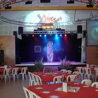 Salle de réception avec scène et écran géant