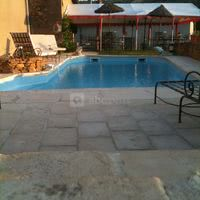 Du chapiteau vue sur la piscine et le vignoble du beujolais