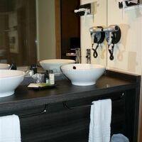 Salle de bain équipée baignoire et douche