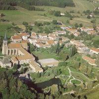 Vue aérienne - abbaye et le village d'autrey