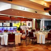 Salle bordeaux repas tables rondes