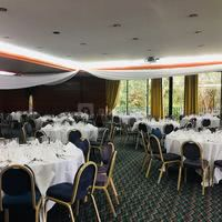 Mise en place d'une salle pour un dîner de gala