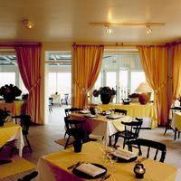 Une salle à manger terrasse panoramique vue mer