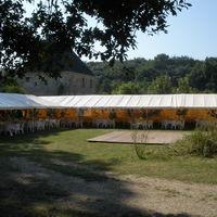 Installation de tentes dans le cloître