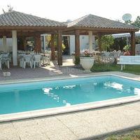Terrasse de l'hôtel et piscine.