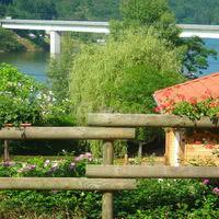 Vue depuis le parc sur le lac et le pont de presle