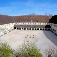 Grande cour de l'abbaye royale du Moncel