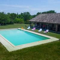 Vaste piscine au Château de Goudourville