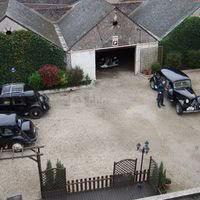 Un grand parking et un garage 5 places