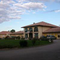 Photo du bâtiment hôtel avec bâtiment de la salle en deuxième plan