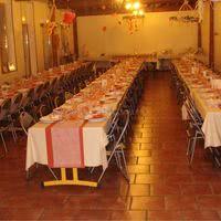 La salle tables disposées en e
