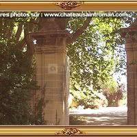 Le grand portail vous invite à rentrer .