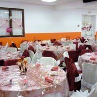 La salle décorée pour un mariage .