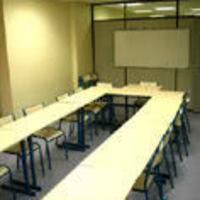 Paper-board, tableau blanc, vidéo ou rétro-projecteurs sur demande.