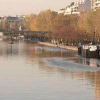 Le bassin de la villette permet l'accueil des bateaux et des péniches spectacles