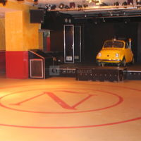 Salle de spectacle, scène avec voiture dj