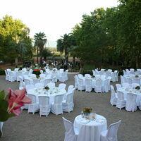 Tables dressées sur la terrasse d'honneur