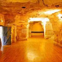 Magnifiques salles taillées dans la roche