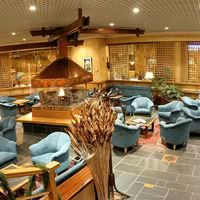 Salon piano-bar avec cheminée centrale
