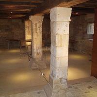 Cellier du manoir avec piliers du 11ème siècle