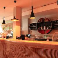 Le bar en bois chaud fait sur-mesure