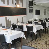 Salle du restaurant préparée pour une réception