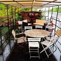 Qu'il pleuve ou qu'il vente, la terrasse vous accueille à l'abri