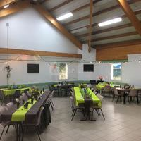 Grande salle avec tables