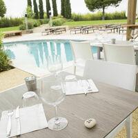 Restaurant autour de la piscine