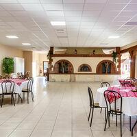 La grande salle à manger et son four en briques