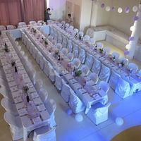 Les tables dressées dans la grande salle