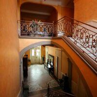 Vue entrée et escalier du château